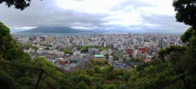 Vistas desde el observatorio de Shiroyama, ciudad de Kagoshima, bahía y el volcán Sakurajima