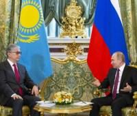 """На сайте президента Казахстана обнаружили фотографии главы государства с """"омоложенным"""" лицом"""