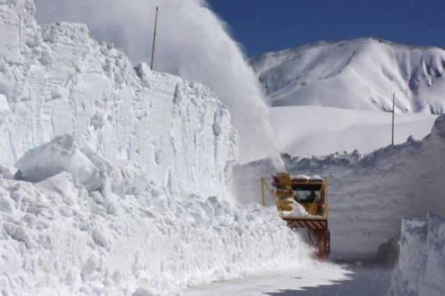 Пятиметровый слой снега покрыл горную трассу в Румынии