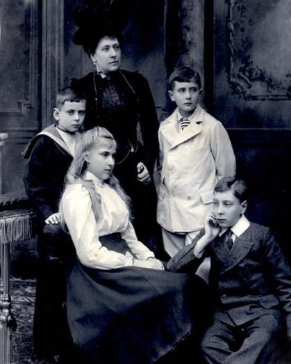 Princess_Beatrice_with_children