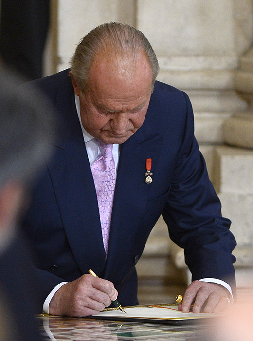 King Juan Carlos formally signing the abdication into law, June 18, 2014. Photo: Hello