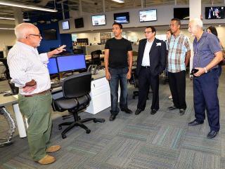 El reportero Juan Tamayo, de el Nuevo Herald, conversa con los periodistas independientes en el centro de la sala de redacción. C.M. GUERRERO / el Nuevo Herald