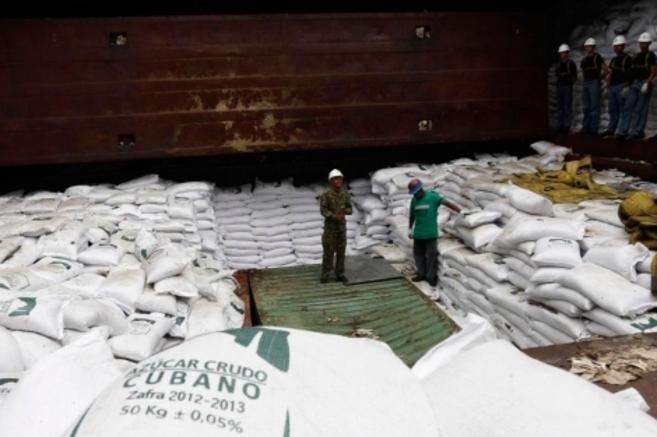 Armamento oculto entre sacos de azúcar en la bodega del buque. Reuters