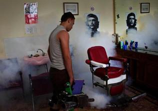 Un trabajador fumiga una barberia en La Habana Vieja, en octubre del 2012. El viernes un médico cubano admitió que hay 3,500 casos de dengue en Cienfuegos. Ramon Espinosa / AP