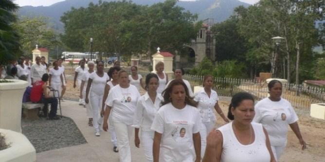 Damas de Blanco en el Santuario del Cobre, en Cuba