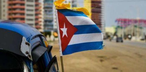 Un bandera cubana en una playa de Florida. / AFP