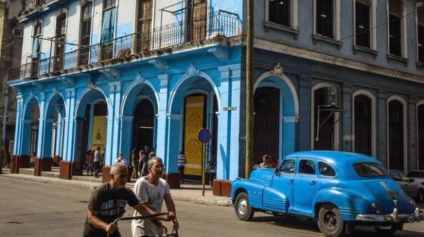 afp | Vida diaria en una calle de La Habana, donde se encuentra una fábrica de tabaco