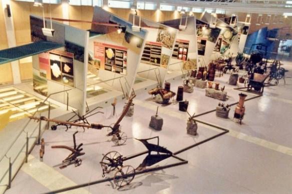 Museo del vino. Paneles didácticos y muestra de utensilios de labranza.