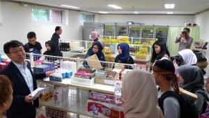 15 mahasiswa Universitas Pasundan di Food Bank, kota Gimje, Korea Selatan