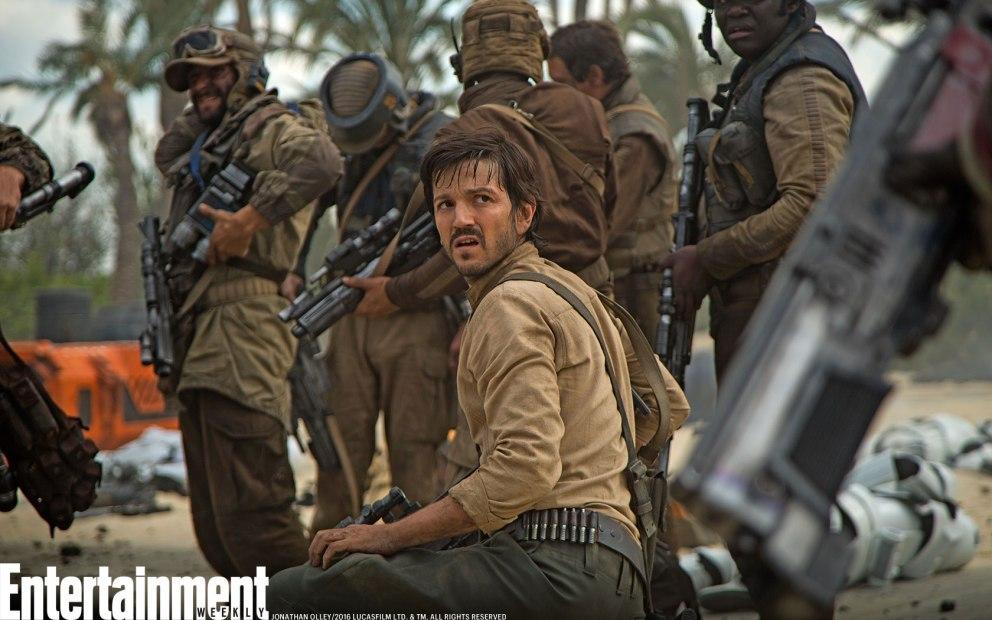 Cassian Andor (Diego Luna) rodeado de rebeldes