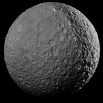 Espectacular fotografía de Mimas, una de las lunas de Saturno