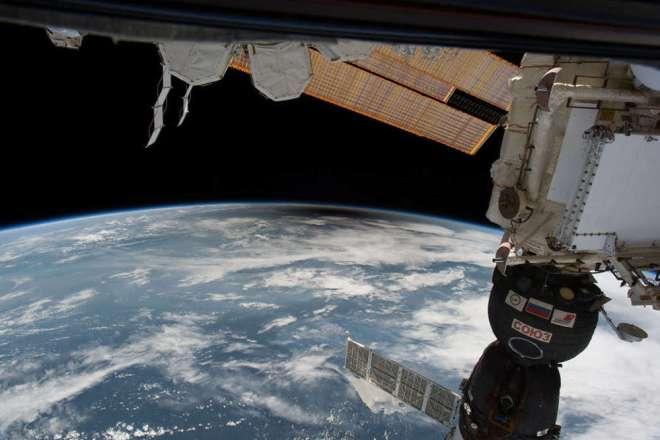 La sombra de la Luna, o umbra, cuando pasa sobre la Tierra, como se ve desde la ISS. NASA
