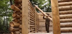 Construyendo una cabaña de troncos sin herramientas eléctricas