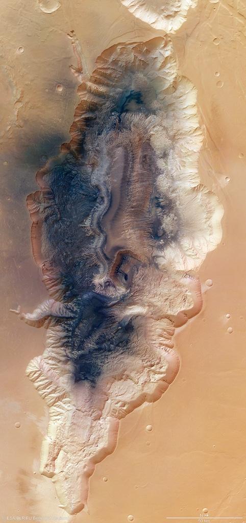 Una visión general del Hebes Chasma, un canal cerrado de casi 8 km de profundidad que se extiende 315 km en dirección este-oeste y 125 km de norte a sur en su punto más ancho. Se encuentra a unos 300 km al norte del vasto cañón Valles Marineris.