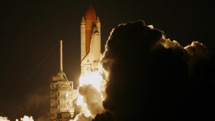 एक रॉकेट लॉन्च, इसके निकास द्वारा लगातार त्वरित।