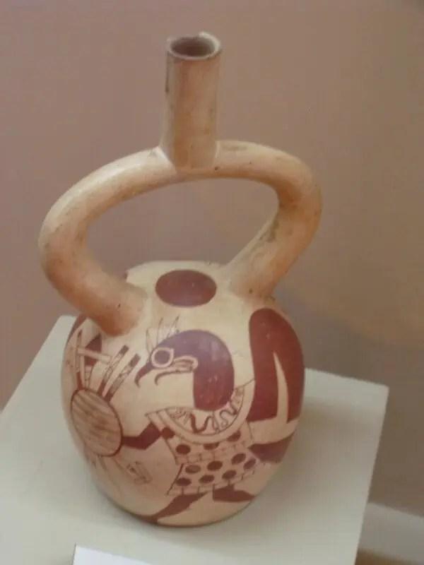 Céramique moche typique aux couleurs rouge et crème