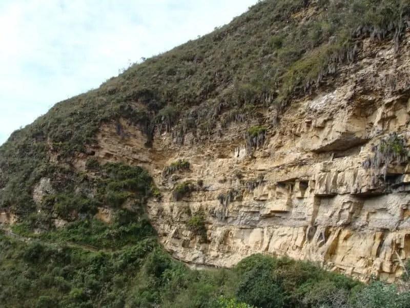 Les sarcophages de Karajía dans la montagne