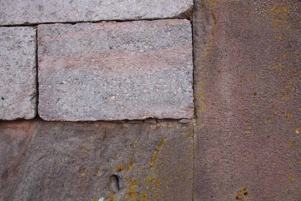 Mur reconstitué Tiwanalu, vieilles pierres, nouvelles pierres