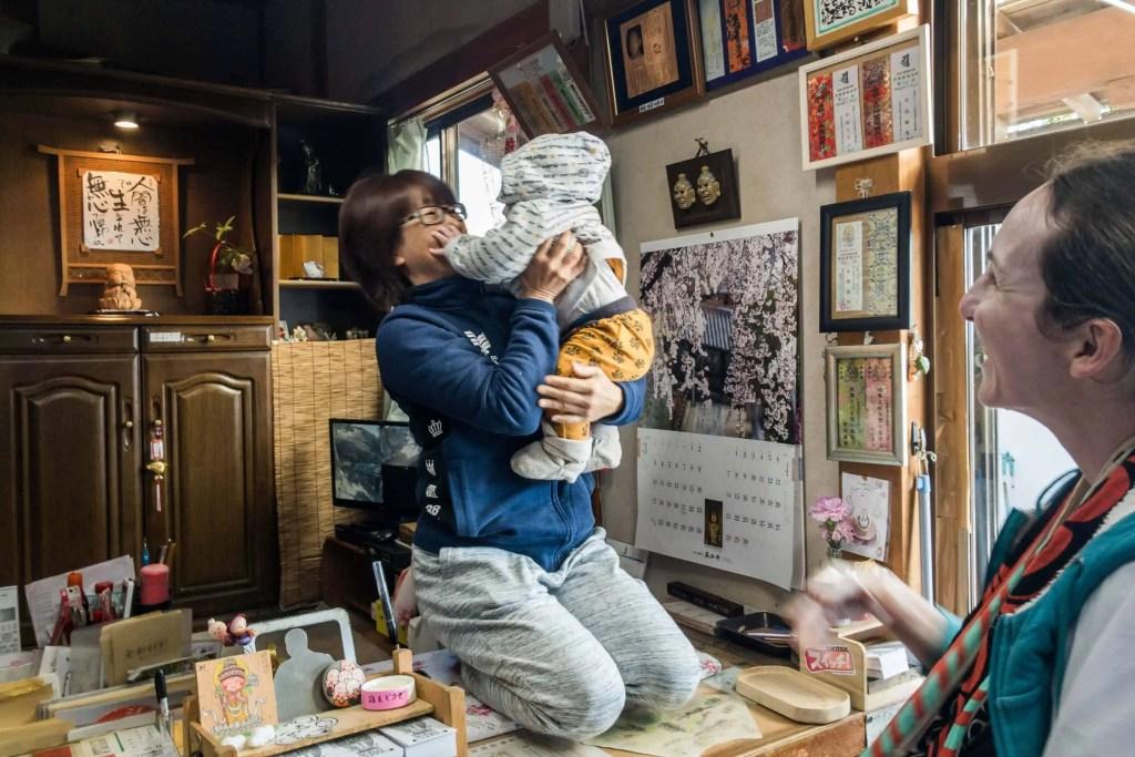Shikoku, pèlerinage, pèlerin, famille, bébé, Japon, voyage, temple, 32, temple 32, vue, mer, océan, maman, Amandine, voyageuse, japonaise, câlin, étranger, accueil, gentillesse