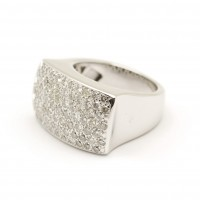 Imposante bague en or blanc pavée de diamants