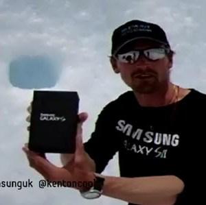 Kenton Cool avec un Galaxy S 2 en haut de l'Everest