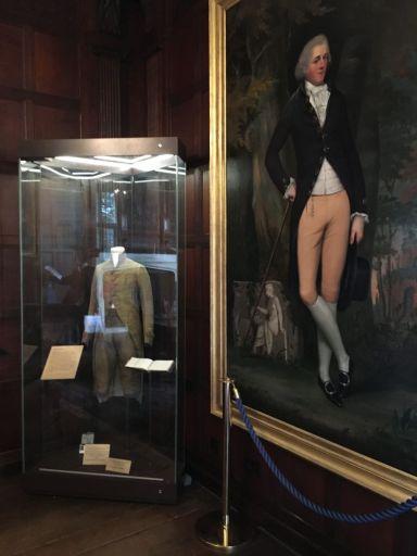 Chawton House, teca con abito e ritratto di Edward Austen Knight