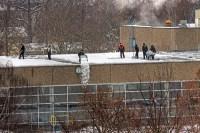 Schneebeseitigung auf dem Dach des Schwimmbades an der ...