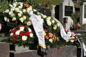 Trauerkränze mit Kranzschleifen auf einem Grab