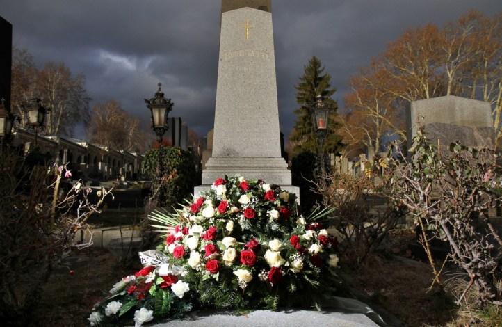 Wunderschöner Totenkranz mit roten und weißen Rosen