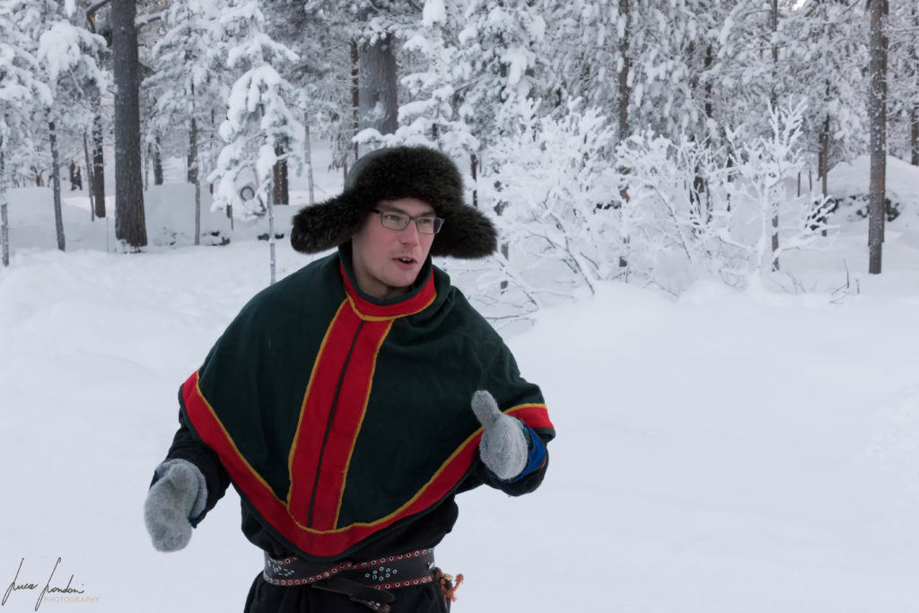 Ragazzo Sami in abiti tradizionali e il luhkka