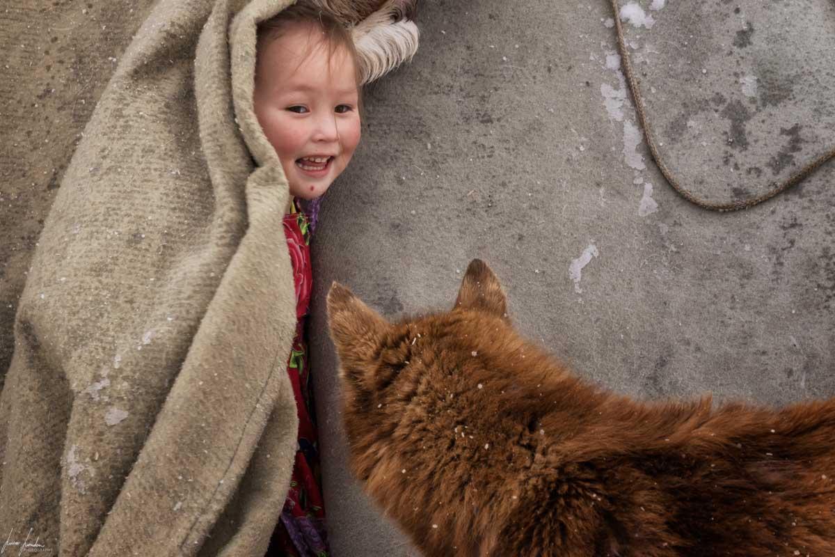 Nenets della Siberia: la piccola Lisa e la sua cagnolina