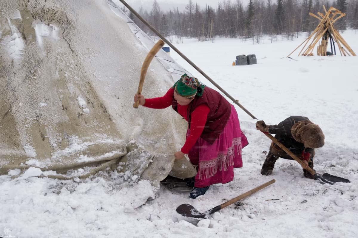 Nenets della Siberia: pulizia del chum dopo una nevicata