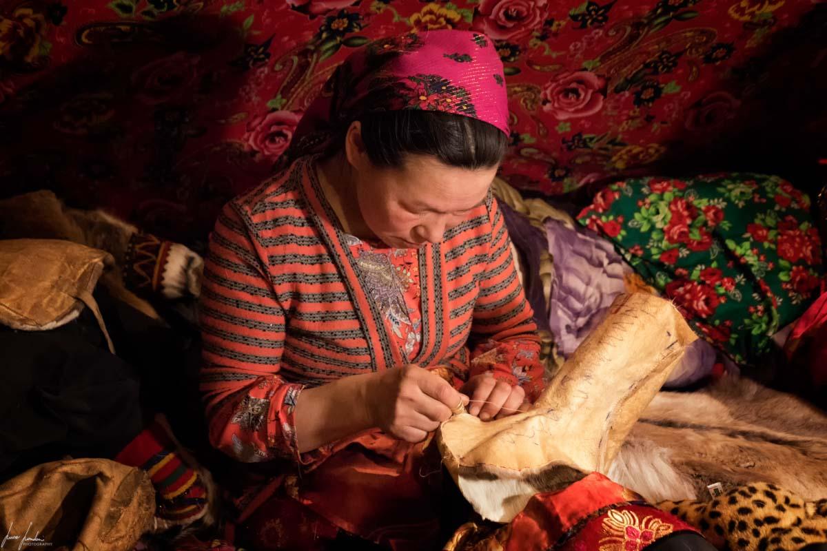 Nenets della Siberia: durante la realizzazione di un paio di stivali