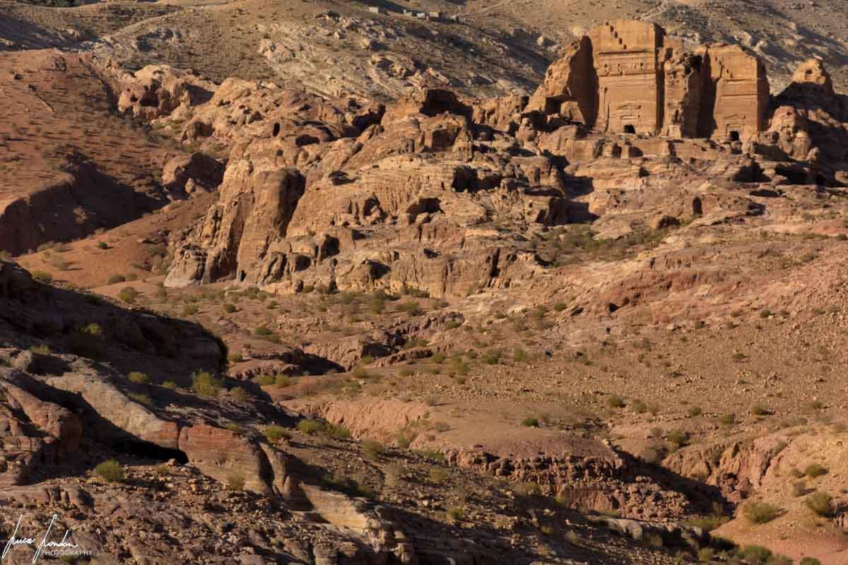 Petra: alcune tombe che si osservano dal sentiero del trekking di Al-Khubtha