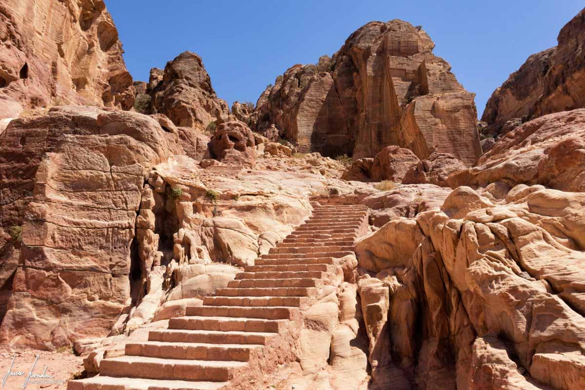Trekking a Petra: sentiero verso l'Altare del Sacrificio