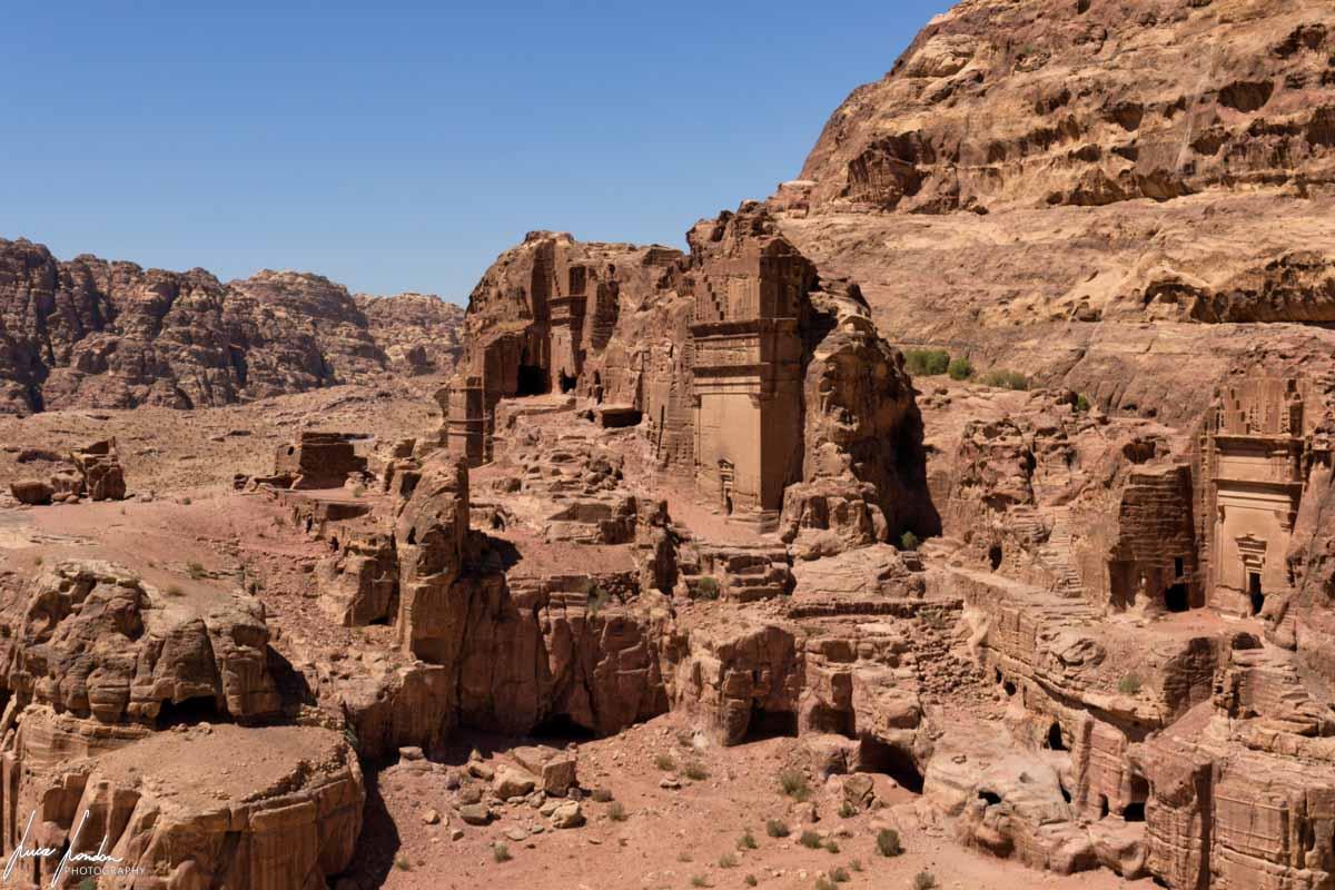 Trekking a Petra: Vista sulle Tombe Reali dal sentiero verso l'Altare del Sacrificio