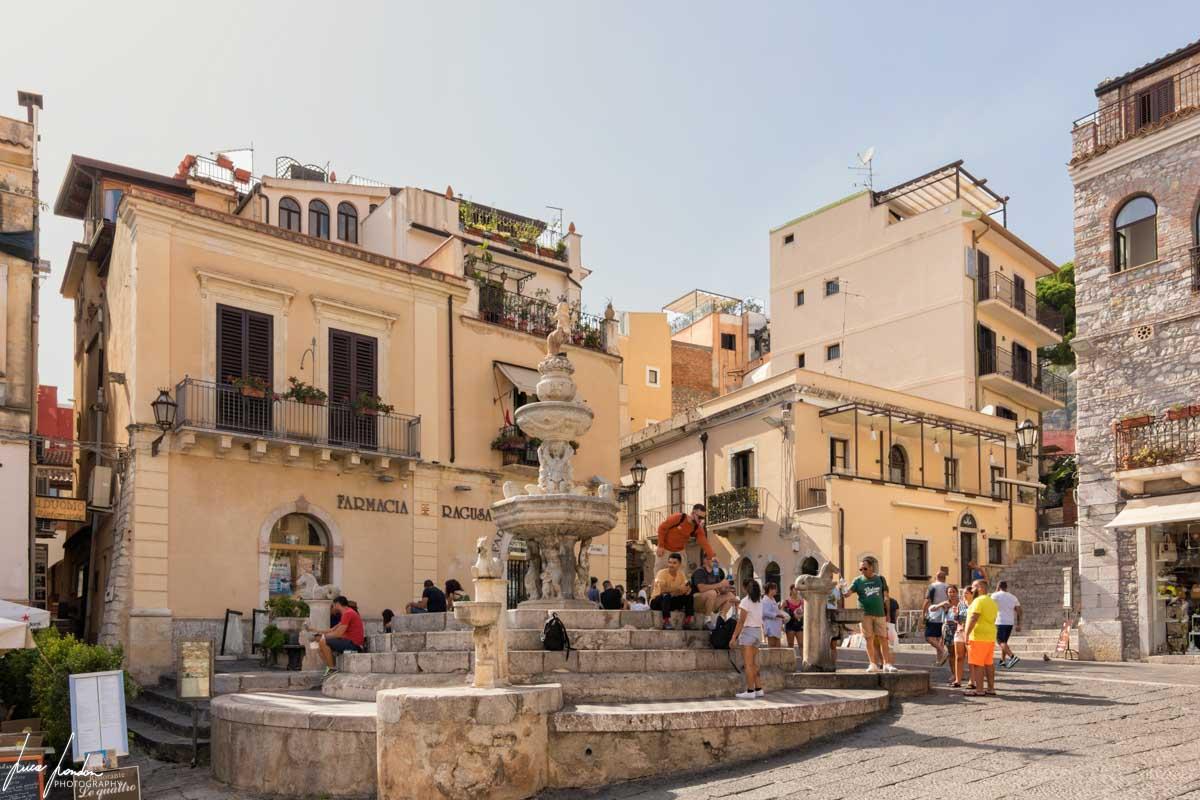 Fontana seicentesca in Piazza del Duomo a Taormina