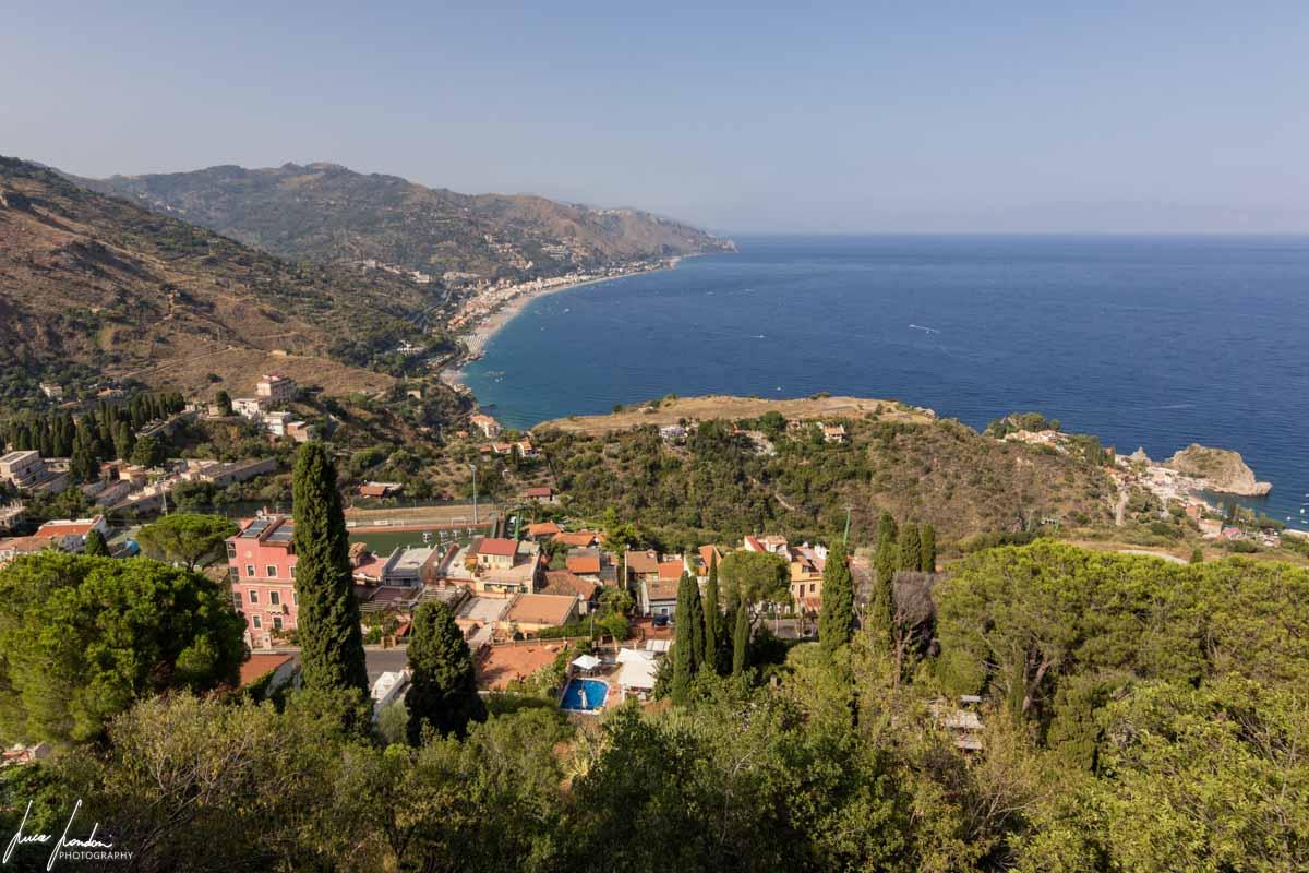 Vista sull'Isola Bella e sul mare dal Teatro Greco di Taormina