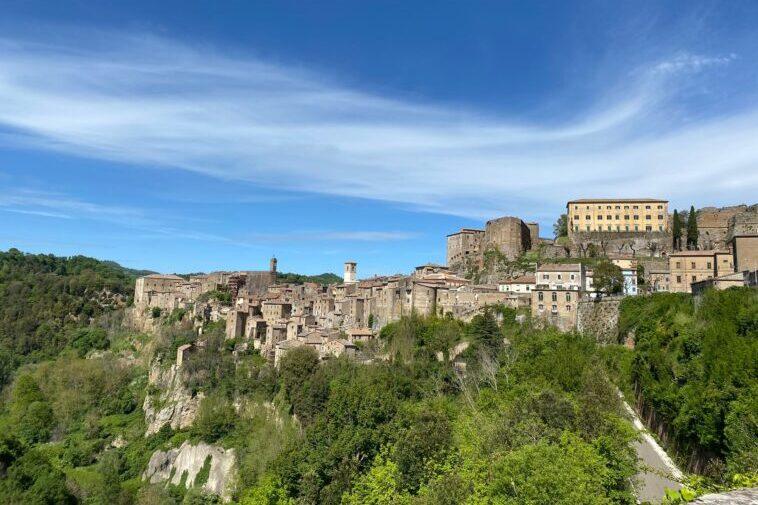 Passeggiata a Sorano, una delle Città del Tufo in Toscana