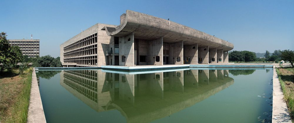 El Palacio de la Asamblea es uno de los que forman el Complejo del Capitolio de Chandigarh (Foto duncid-KIF_4646_Pano CC BY SA 2.0)