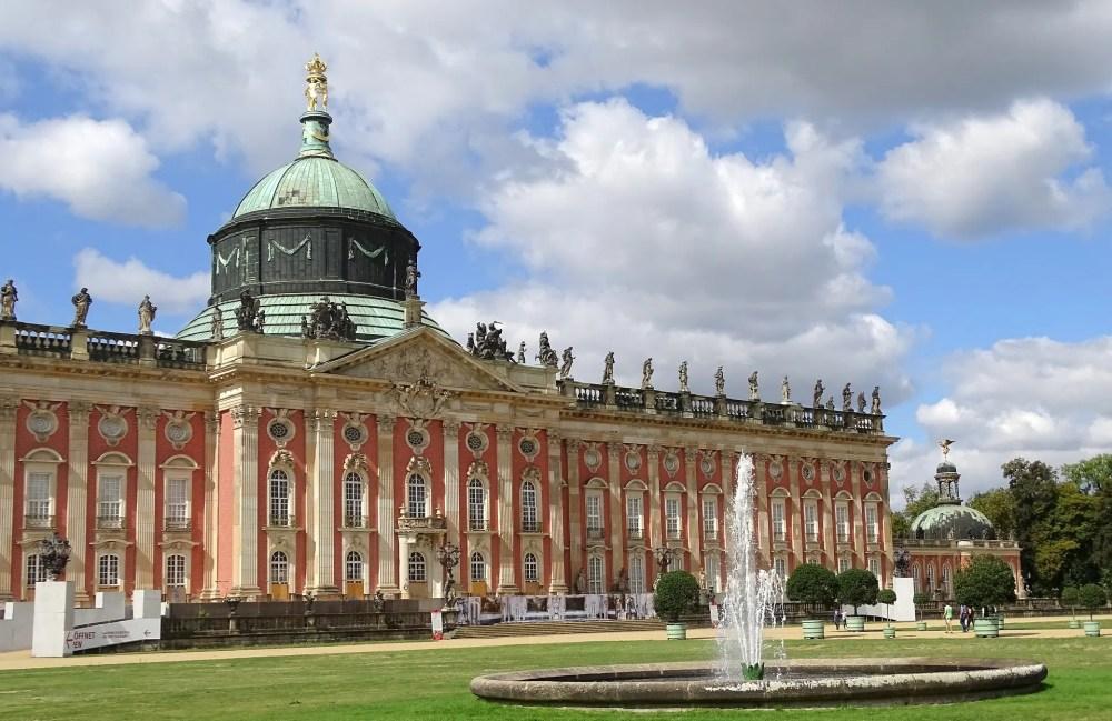 La fachada del Nuevo Palacio de Postdam construida con ladrillo visto y adornada con decenas de estatuas (Foto Neufal54)