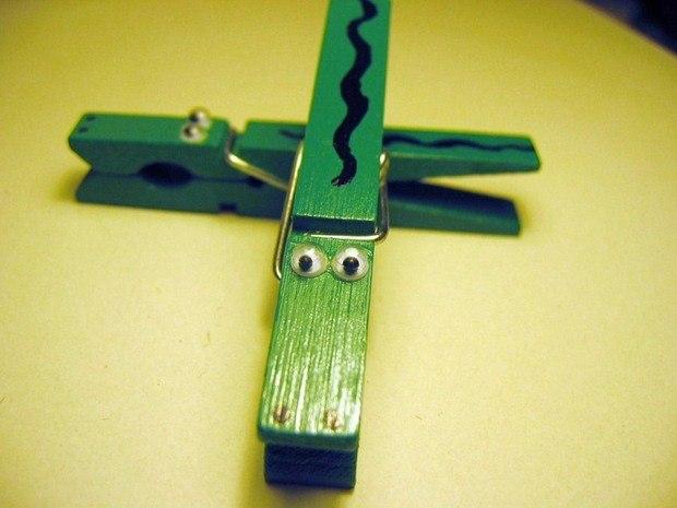 manualidades infantiles ideas de cómo reciclar pinza de la ropa de cocodrilo verde creativa