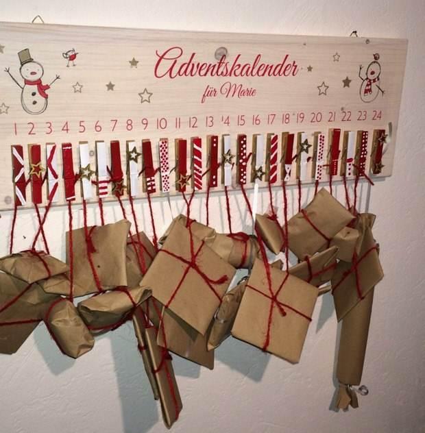 calendario Upcycling navidad de pinzas de la ropa colgando reciclados regalos envueltos