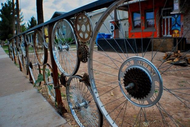 ruedas de bicicleta viejos usados como valla del jardín idea creativa