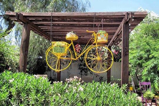 bicicletas upcycling creativa DIY maceta de flores de color amarillo vieja bicicleta