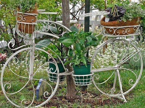 bicicletas upcycling creativa reutilizados vieja bicicleta blanca con decoración de flores