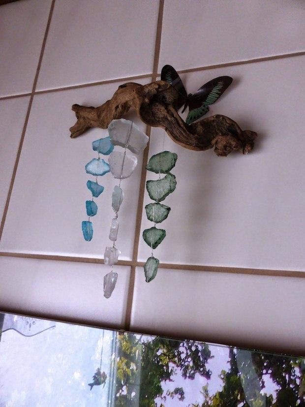 pequeñas piezas de vidrio upcycled en la decoración de su casa carillón de viento de bricolaje