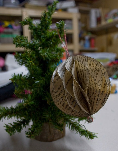 ideas de páginas de libro verde adornos de navidad arbolito upcycled papel bola de la decoración