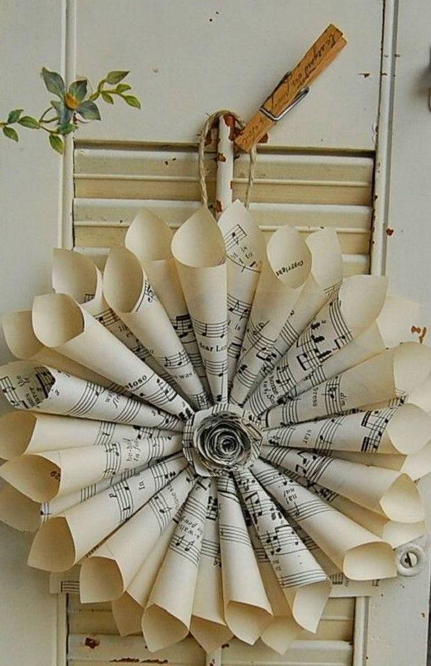 página del libro de adorno de navidad de música notas de papel enrolladas guirnalda que cuelga de la pared ideas decoración