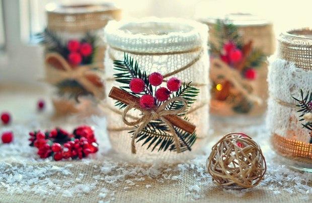 tarros de cristal artesanías Navidad DIY arándanos arpillera cintas canela upcycled creativas ideas de decoración para la mesa con ramita de pino